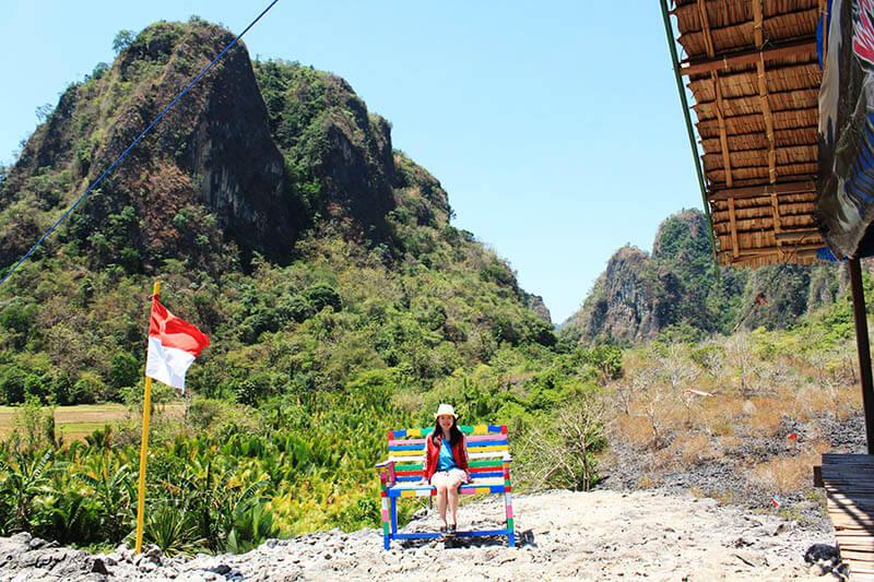puncak rammang rammang summit indonesian flag girl sit colourful chairs smiling_agirlnamedclara