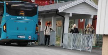 """Ut av bussen """"strømmet"""" elevene"""