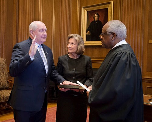 Sonny Perdue, with his wife Mary, takes the oath of office administered by Associate Justice Clarence Thomas in the U.S. Supreme Court Building, becoming the 31st U.S. Secretary of Agriculture.