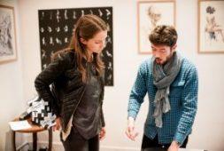 Le galeriste en discussion avec une amatrice d' artistes