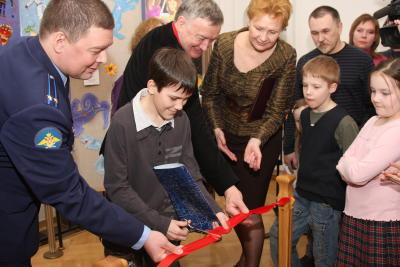 Лауреат конкурса «Объединенные Космосом» Андрей Миронов перерезает красную ленточку