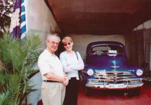 Юлий Воронцов с дочерью у машины Рерихов.