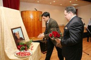 Возложение цветов к портрету Джавахарлала Неру