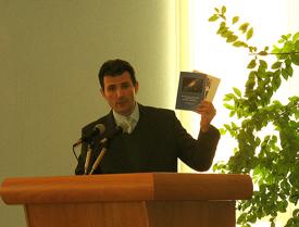 Председатель Санкт-Петербургского отделения МЦР Томша Э.А. передал в дар организаторам конференции книги, изданные отделением