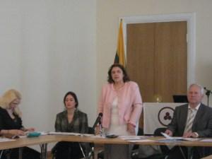 Выступает Анита Карильо-Аркас - председатель организационного комитета Международного Движения за утверждение Всемирного Дня Культуры под Знаменем Мира
