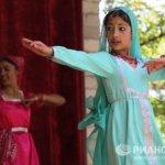 Маленькие танцовщицы прекрасно владеют техникой классического индийского танца.