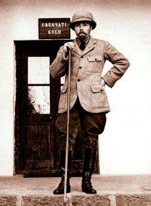 Юрий Николаевич Рерих у входа в Институт Гималайских исследований «Урусвати». Наггар, 1930-е