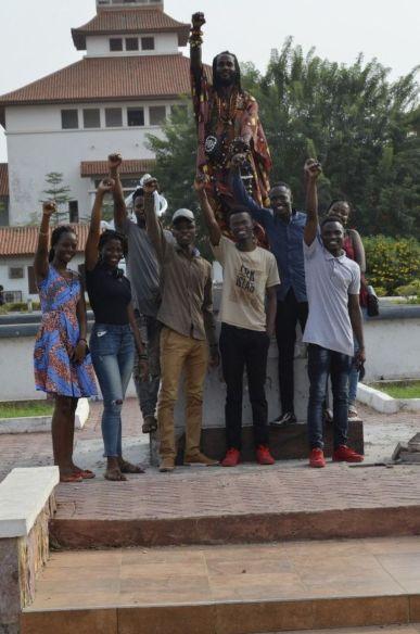 """Преподаватели и студенты на пустом постаменте празднуют демонтаж """"расистской"""" статуи"""