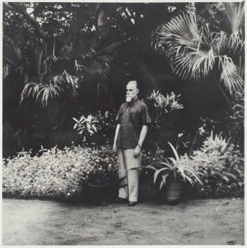 Фотография Святослава Рериха в Индии, в долине Куллу. 11,5×11 см.