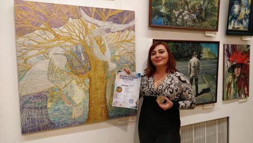 Лола Лонли получила золотую медаль за картину 'Древо птиц' на международном конкурсе 'Энциклопедия художника'