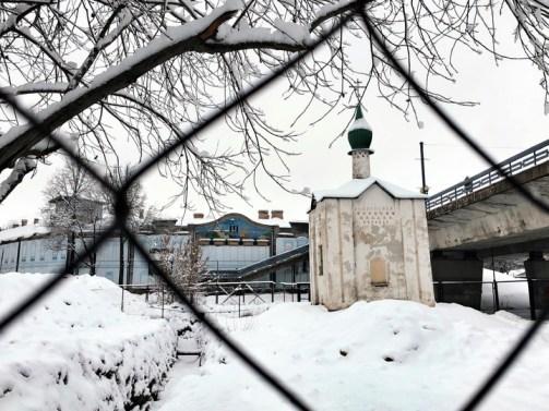 Расписанная Рерихом псковская часовня дрейфует в траншею