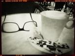 un café noir, une mousse blanche, mes lunettes noires