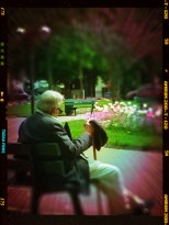 Le bruit des jets d'eau, les allées fleuries, un rayon de soleil et la sieste d'un papi.