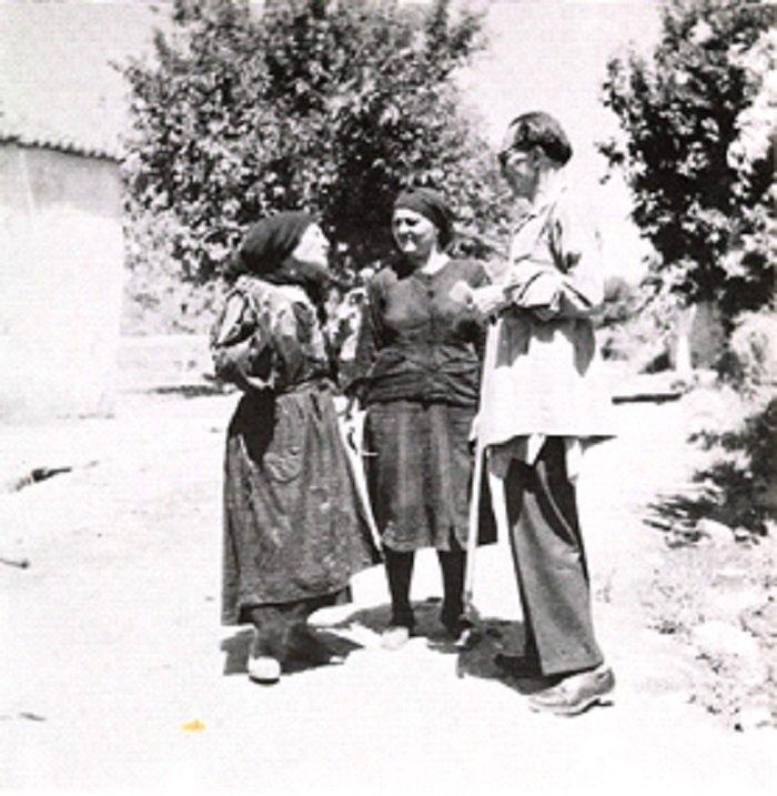Ο Ν. Καζαντζάκης ακούει από τη μητέρα της Κατίνας Λεβεντάκη πώς αφόπλισε η κόρη της –κείνη που στέκει στο μέσον- το Γερμανό (φωτογραφία Κ. Κουτουλάκης).