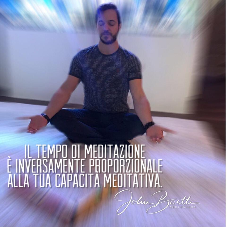 il tempo di meditazione è inversamente proporzionale alla tua capacità meditativa. john barth agopuntura e medicina cinese in meditazione davanti all'acquario marino. aforisma.