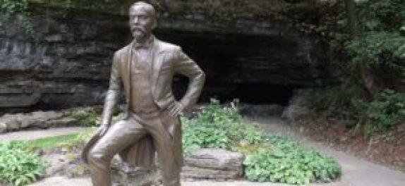 Une statue de Jack Daniel à Lynchburg (Tennessee). ZachJBeavers via Wikimedia Commons.