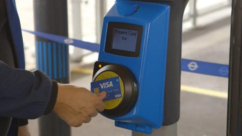 Cartão visa passando no transporte público