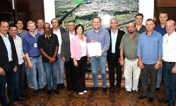 Secretário Covatti Filho recebeu prefeitos de municípios que serão beneficiados. Foto: Divulgação/SEAPDR