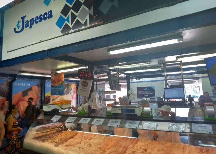 Japesca: frente da peixaria com vitrine e produtos