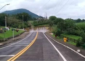 Na ERS-129, água na pista causou interrupção do tráfego em três pontos, como no acesso a Colinas. Foto: Divulgação / Daer