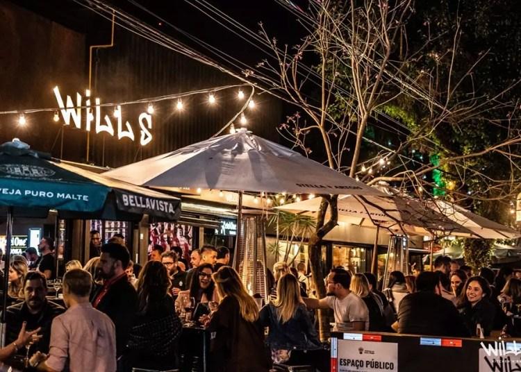 Wills Bar. Vista do bar, com pessoas em área externa.