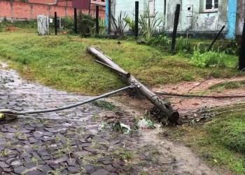 Em Santana do Livramento, postes caíram com o temporal. Foto: reprodução de TV / RBS TV