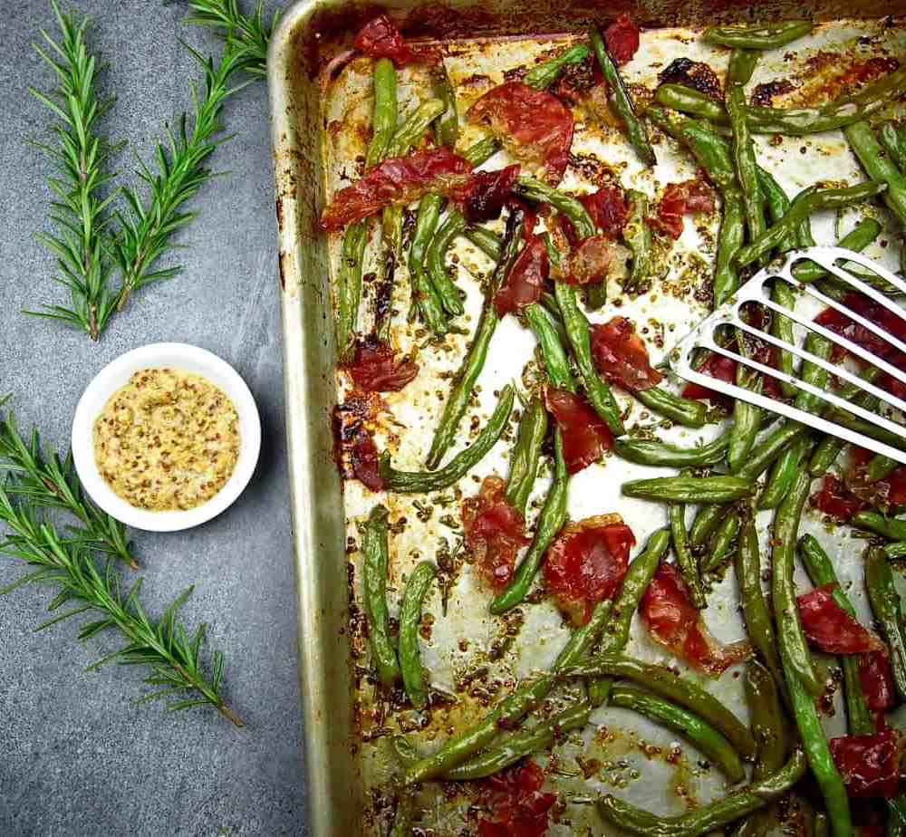 sheet pan of crispy green beans with prosciutto