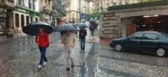 personas caminando con paraguas
