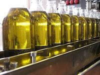 Botellas de cristal con aceite de oliva