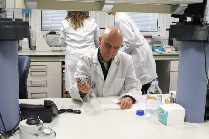 Catedrático de la Uja en un laboratorio