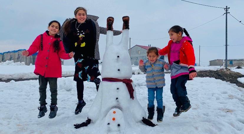 Ağrı'da ters duran kardan adam yapan çocuklar güldürdü