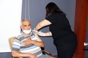 Ağrı'da mobil sağlık ekipleri tarafından milli eğitim müdürlüğü çalışanlarına Kovid-19 aşısı yapıldı