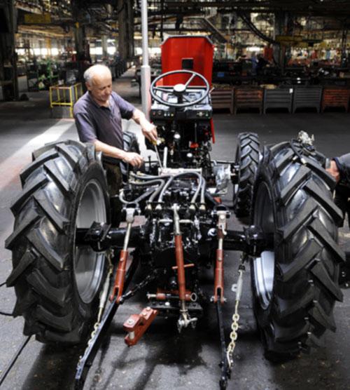 Lekker bezig aan de tractor