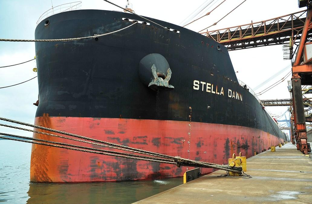 Navio Stella Dawn aporta em Pgua.