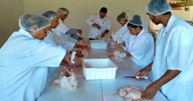Emater-DF promove curso de desossa de frango