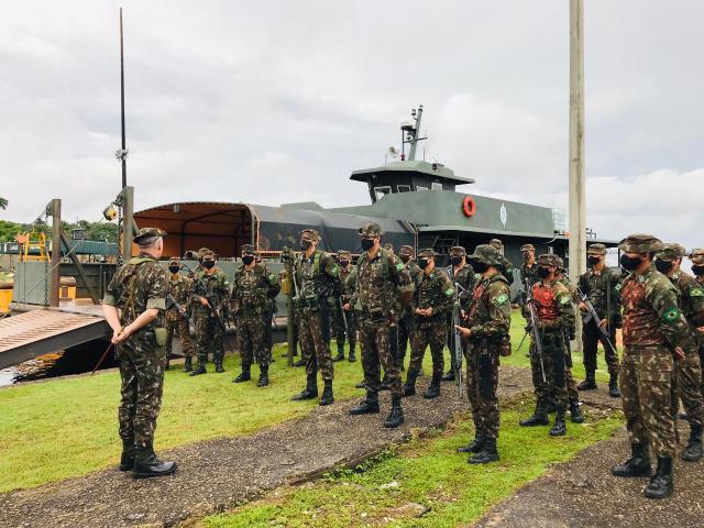 Os militares atuam em conjunto com outras forças.