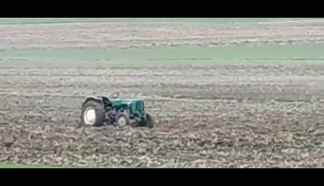 Ciągnik bez kierowcy krążył po wsi i polach