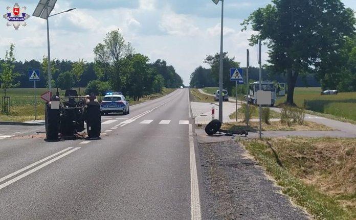 Przepołowiony ciągnik i BMW w polu