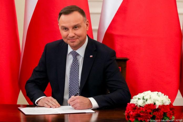 Prezydent Andrzej Duda podpisał ustawą o wstrzymaniu sprzedaży nieruchomości Zasobu Własności Rolnej Skarbu. Ustawa przedłuża zakaz sprzedaży państwowej ziemi o 5 lat do 30 kwietnia 2026 r.