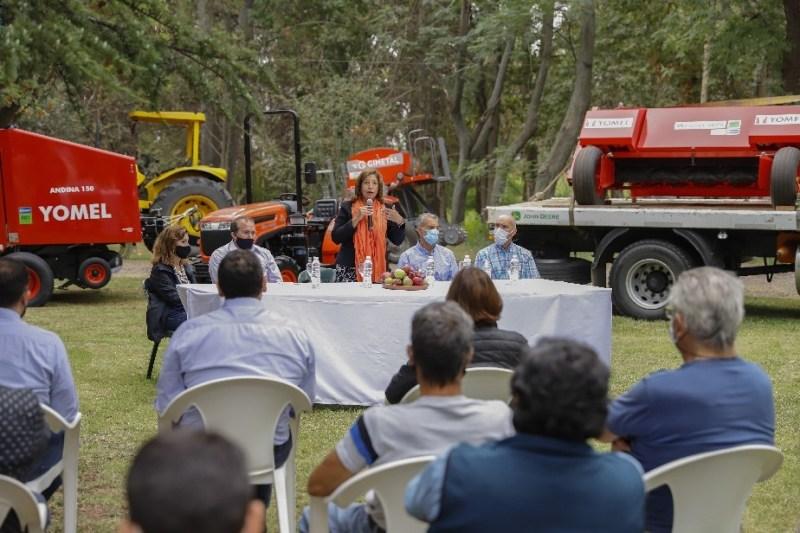 Río Negro entregó nueva maquinaria a productores. - Agrovalle