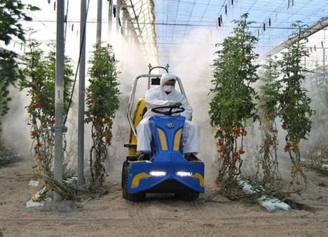 Una máquina para tratar el invernadero con facilidad en espacios reducidos