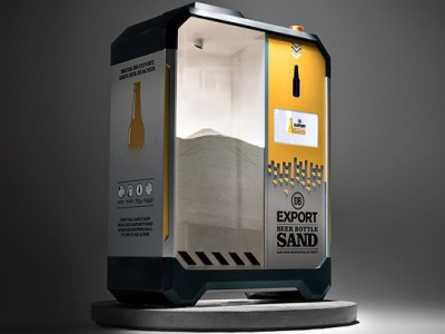 Una máquina recicla botellas para salvar las playas