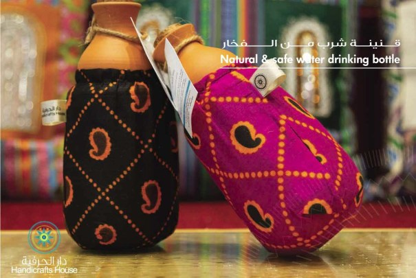 قنينة شرب مصنوعة يدوياً من الفخار بواسطة سيدات عمانيات