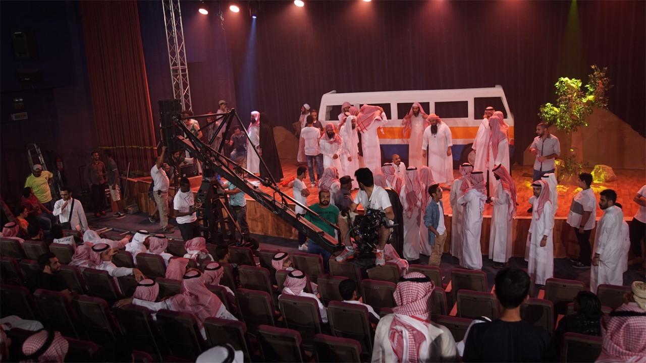 """مشهد من فيلم """"وسطي"""" عندما اقتحم المتطرفون المسرح خلال المسرحية. (صورة مقدمة من على الكلثمي)"""