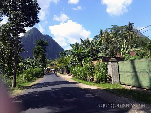 Kondisi jalan menuju tempat wisata pantai prigi dan pantai karanggongso