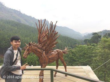Patung unicorn kayu di The Lodge Maribaya