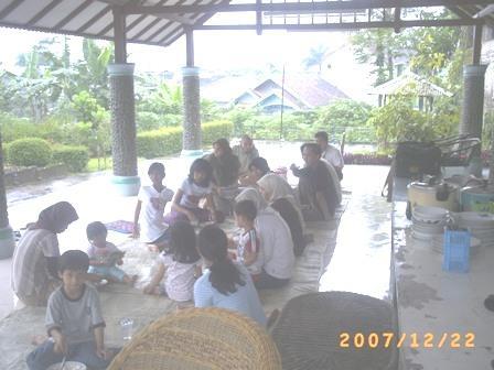 Makan Siang Bareng di Villa Darun Najah