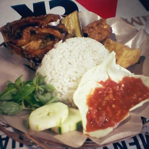 Menu ayam goreng Lesehan Sumo Gareng di Alun-alun Jombang