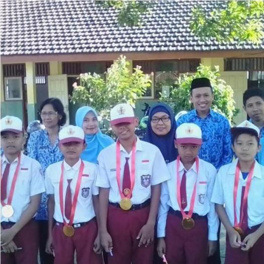Hari Pertama Masuk Sekolah dengan Penghargaan Siswa Teladan Program Ramadhan Muatan Lokal Keagamaan di SDN Latsari Kec Mojowarno Kab Jombang