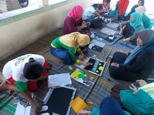 Pelatihan Kerajinan Tangan Membuat Mahar Pernikahan oleh Mahasiswa KKNT UNHASY di Desa Asemgede